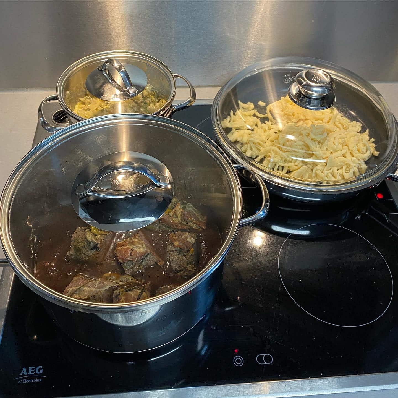 Liebes Van Dooren Team, es war uns ein Fest! Euer Menü to go war wieder hervorragend und sehr einfach zu zubereiten. Ich habe heute mein Schatzi und seine Mutti bekocht. Alle glücklich. Danke @van.dooren.mg @stefans_beeck